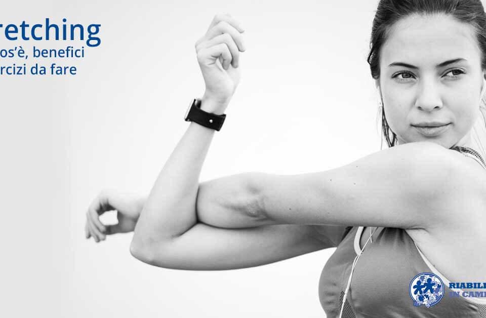 immagine rappresentativa di una donna che fa stretching su un articolo sullo stretching sul sito di riabilitazione campania