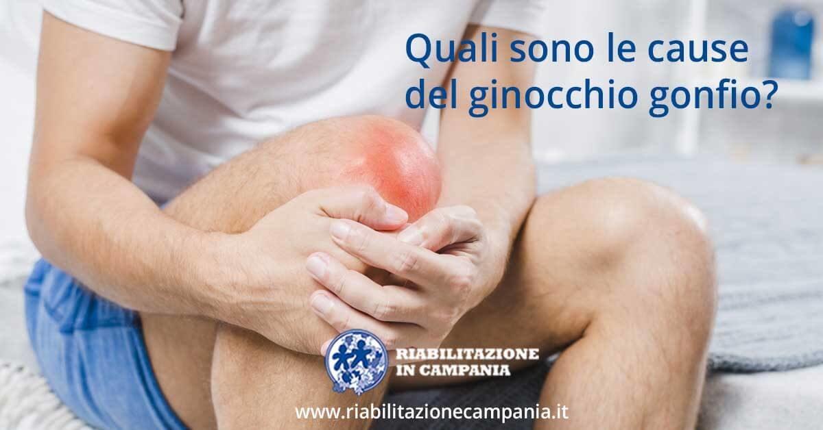 l'immagine rappresenta una persona che si tiene con le mani il ginocchio gonfio e dolorante