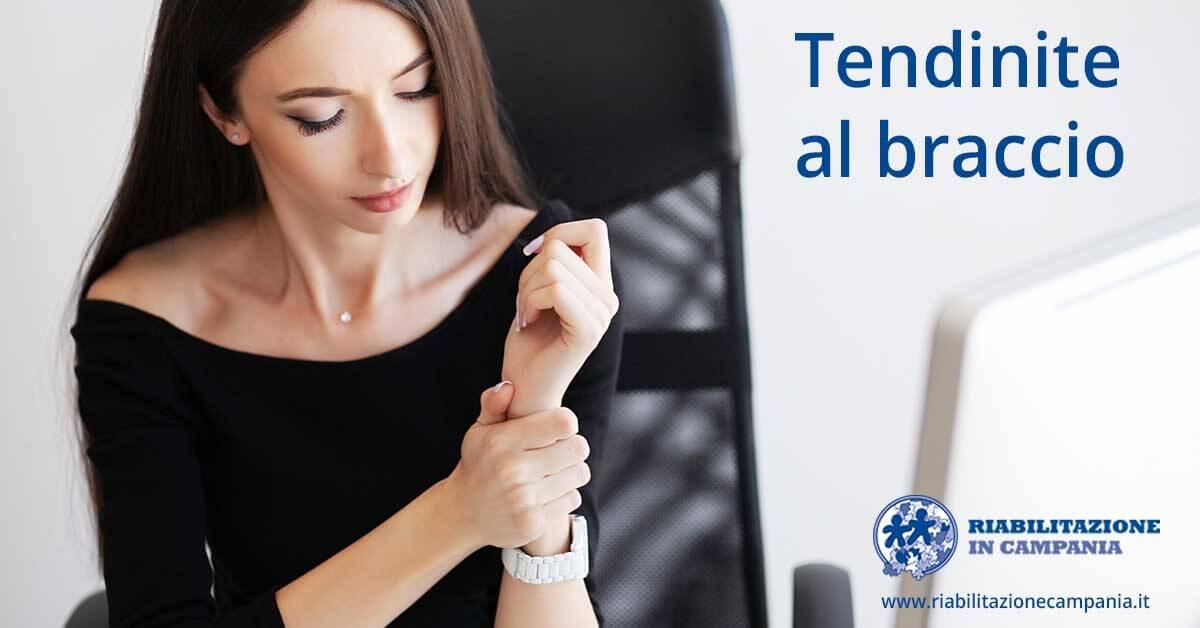 l'immagine rappresenta una donna che ha un problema di endinite al braccio fisioterapia e riabilitazione napoli