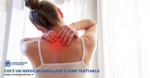 una ragazza che soffre al collo per un problema di nervo accavallato